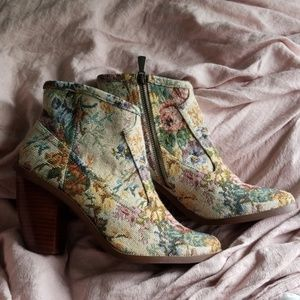 Hinge tapestry boot